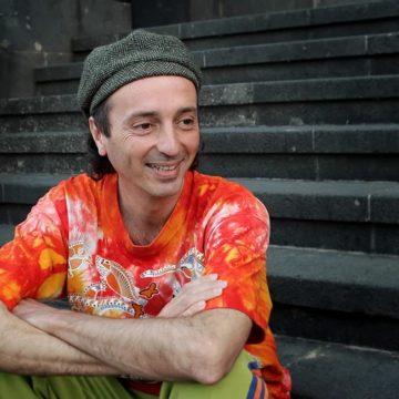 Un emocional y festivo Arístides Moreno se acerca a los 'Patios Encantados 'online'