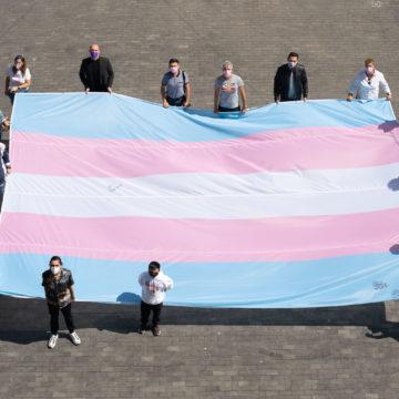 Gugliotta recibe a las entidades LGBTIQ+ que llevan la bandera trans hasta Madrid